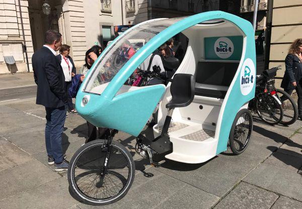Con i tricicli a pedali di Bici-t per visitare le Luci d'artista di Torino