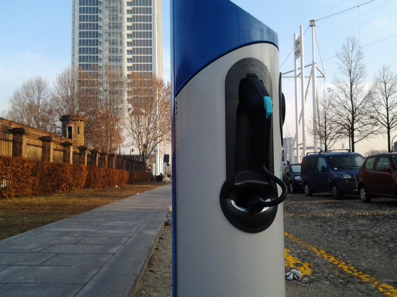 Mobilità elettrica: introdurre sistema di ricarica smart per evitare picchi di 'rifornimento' e aumento tariffe di rete