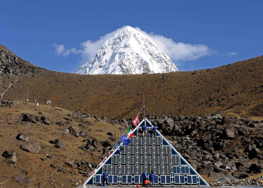 La Piramide del CNR sotto all'Everest dove si studiano cambiamenti climatici e ambientali, fisiologia umana e geologia